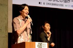ラジオ沖縄パーソナリティの儀保盛充/DJモーリーさん(左)と手話通訳士(右)